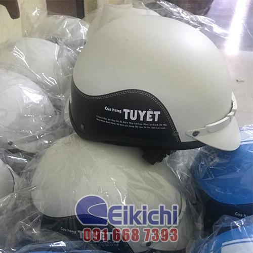Mẫu nón bảo hiểm trắng phối viền đen cho cửa hàng Tuyết